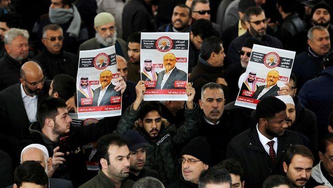Cartells en memòria de Khashoggi en una pregària per ell en una mesquita d'Istanbul, al novembre (Reuters)