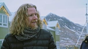 Halldór Már torna a casa, a Islàndia, mostra el seu món d'infància i ens presenta família i amics