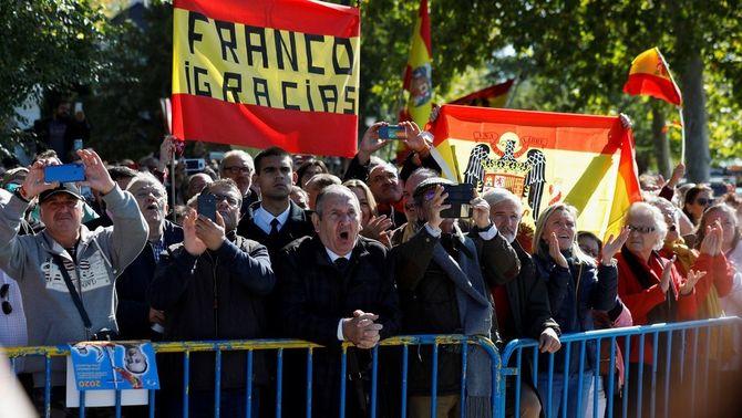 """Partidaris de Franco l'acomiaden amb banderes franquistes i entonant el """"Cara al sol"""""""