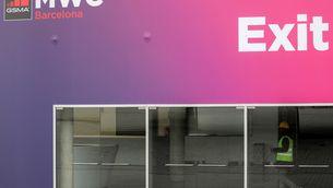 Un treballador passa per les instal·lacions del Mobile World Congress (Reuters/Nacho Doce)