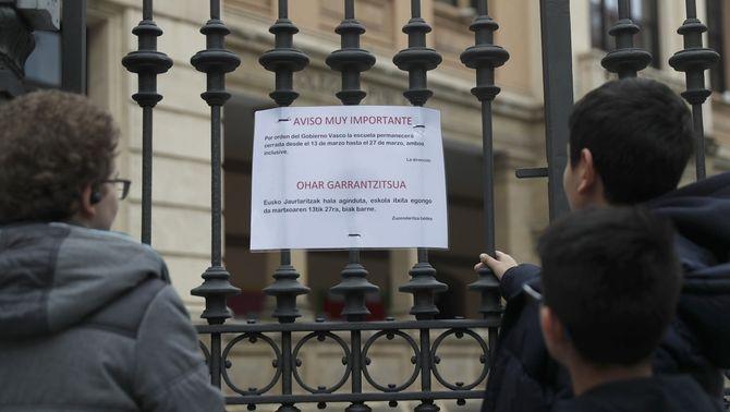 Cartell en una escola de Bilbao informant del tancament, previst inicialment per 14 dies (EFE/Luis Tejido)