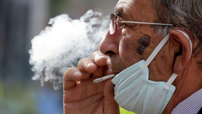 El tabaquisme podria explicar per què moren més homes que dones de Covid-19