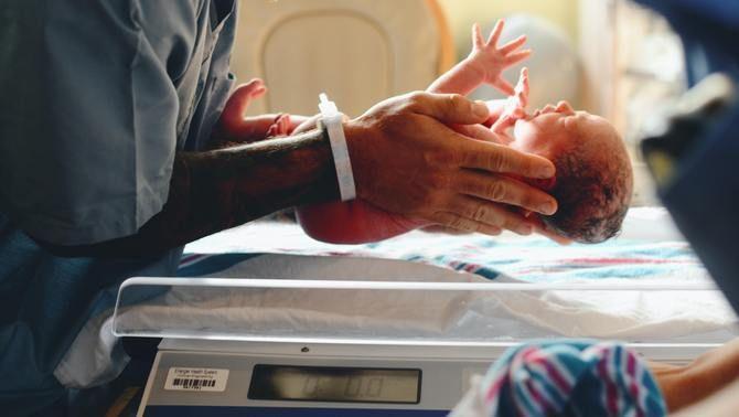 Haver nascut amb poc pes triplica el risc de tenir Covid-19 greu
