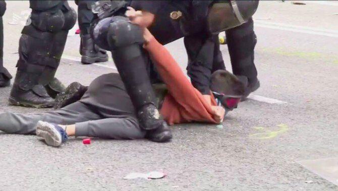 El noi de la dessuadora taronja detingut a la Via Laietana, absolt per falta de proves