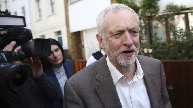 El líder laborista Jeremy Corbyn perd la moció de confiança, però rebutja dimitir