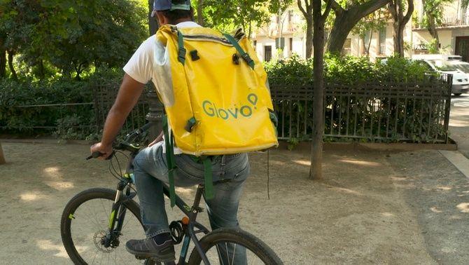 Repartidors de Glovo capten persones sense papers perquè facin la seva feina