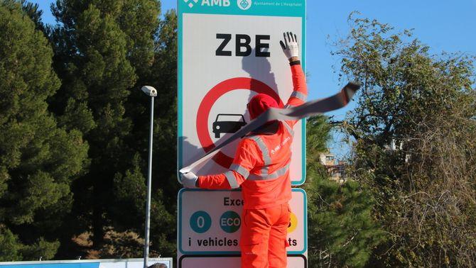 Comencen a multar turismes i motos que vagin per la ZBE sense etiqueta ambiental