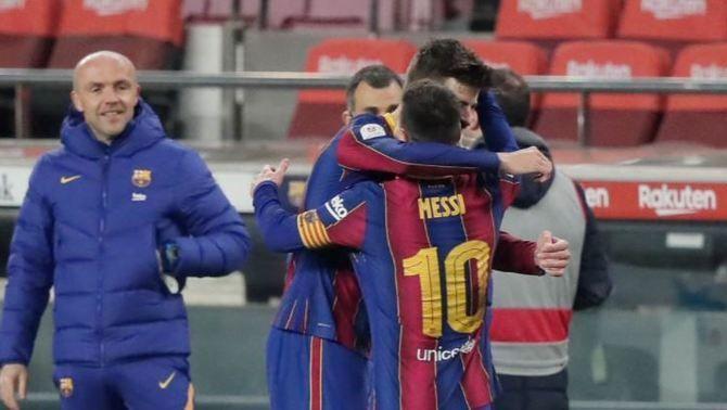 L'abraçada de Messi i Piqué: la imatge d'una nit per somiar