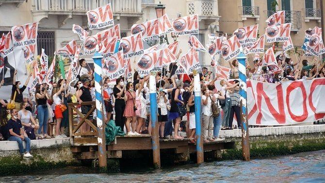 Activistes protesten per l'entrada de grans creuers a la llacuna de Venècia