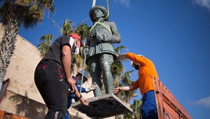 Retirada de l'estàtua de Franco a Melilla, el mes de febrer passat