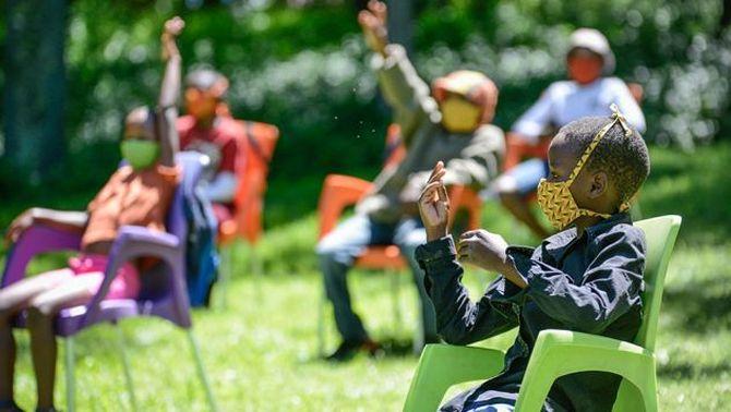 Infants en una activitat educativa sobre el VIH a Lesotho