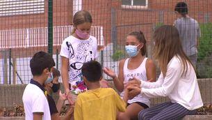 Algunes veus demanen que els menors no hagin de portar obligatòriament la mascareta al pati de l'escola quan són en espais oberts