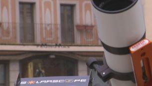 Els gironins han pogut seguir l'eclipsi amb un telescopi a la Plaça Catalunya de Girona