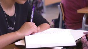 Una alumna pren notes en un institut de Cornellà de Llobregat