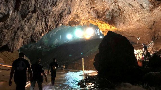 Membres de l'equip de rescat a l'interior de la cova Tham Luang, a Tailàndia (Reuters)