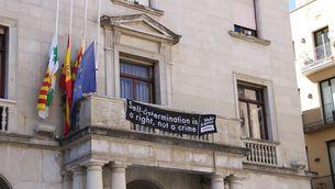 Figueres despenja la pancarta de l'ajuntament i la posarà al costat del consistori