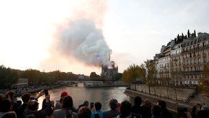 L'incendi de Notre-Dame, vist des d'un dels ponts del Sena (Reuters)