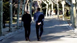 Torra i Sánchez, passejant pels jardins de la Moncloa aquest dimecres (EFE / Kiko Huesca)