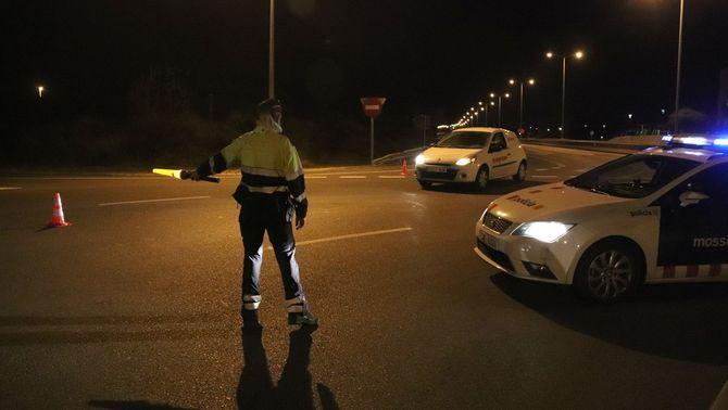 Un control dels Mossos d'Esquadra a la T-11, a Tarragona, minuts després d'entrar en vigor el toc de queda. (ACN/Eloi Tost)