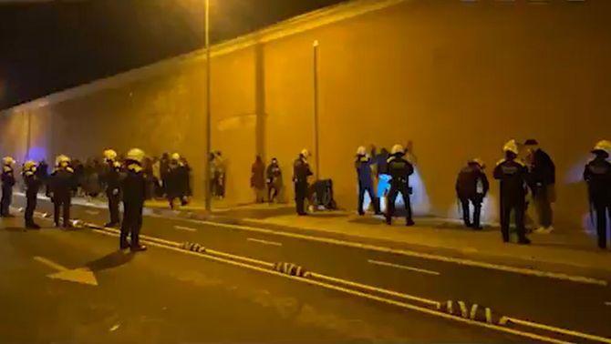 Desallotgen una festa il·legal amb una setantena de persones al Poblenou
