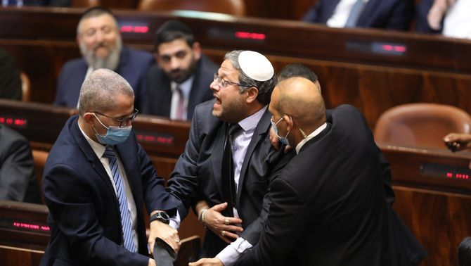El diputat Ben Gvir, del Partit Sionista Religiós escortat, per membres del Parlament després de ser expulsat