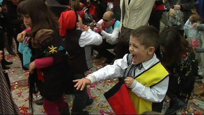 Vilanova celebra la guerra dels caramels, un dels actes més multitudinaris del carnaval