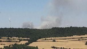 Dues columnes de fum dels incendis actius aquest migdia a la Segarra (Judith Casaprima)