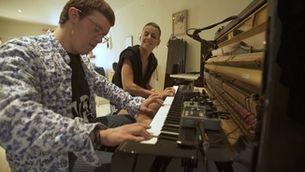 """Clara Peya i Eloi Collell toquen el piano junts a """"Per què volen els avions?"""""""