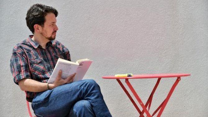 Pablo Iglesias es talla la cua: de la lectura política als mems a la xarxa