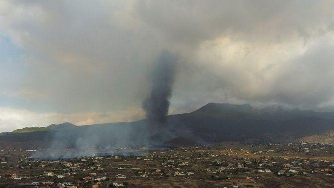 La fumera que surt del volcà Cumbre Vieja, a vista de dron, aquest dilluns