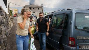Una dona angoixada en l'evacuació del poble de Todoque, a La Palma