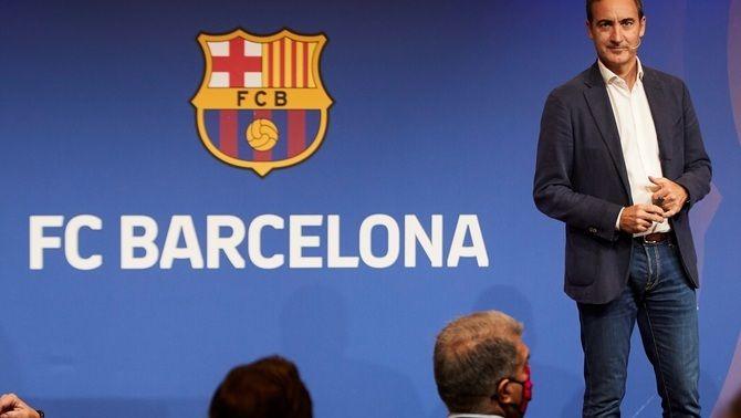 Ferran Reverter durant la seva exposició davant la mirada del president Laporta. (Foto: EFE)