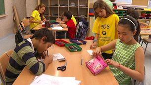 Samarretes grogues en una aula de primària de l'Escola La Llacuna, de Barcelona.