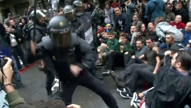El CAC indica que les televisions estatals públiques i privades no van destacar les notícies sobre la violència policial contra els votants
