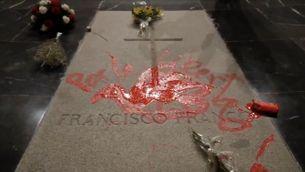 Pinten la tomba de Franco