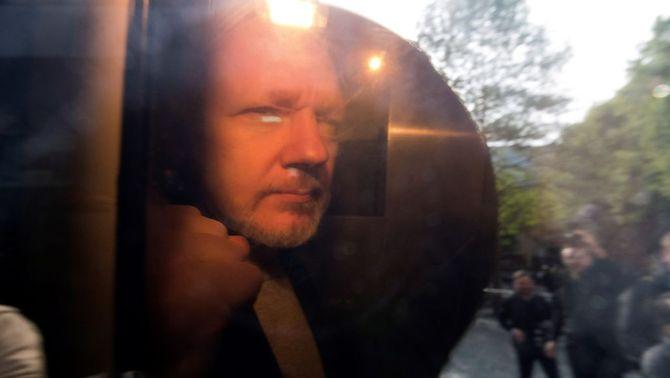 Assange, condemnat a gairebé un any de presó per haver violat la llibertat condicional