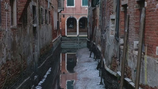 Venècia sense aigua als canals per una marea baixa excepcional