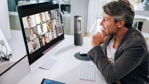 persona fent videoconferència