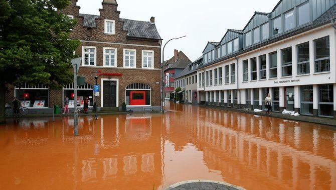 Aigua acumulada als carrers d'Erfstadt després del temporal