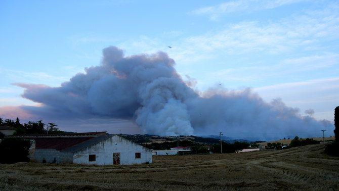 Les flames i el fum han obligat a confinar les masies del voltant