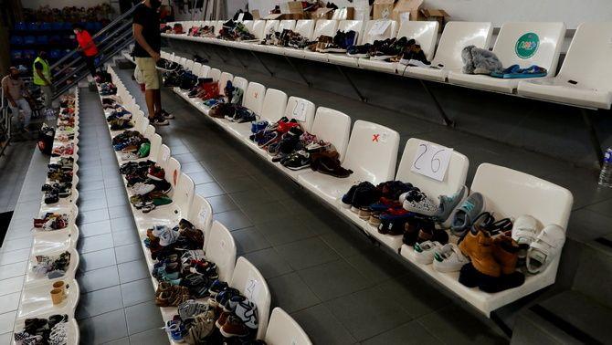 Voluntaris classifiquen sabates per als evacuats a Los Llanos de Aridane