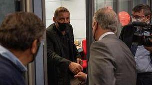Cordial salutació entre Otegi i Urkullu abans de l'entrevista amb Laura Rosel