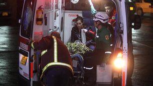 Una ambulància porta el periodista brasiler Rafael Henze, un dels 5 supervivents, a l'hospital de La Ceja (EFE)