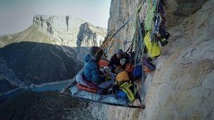 L'experiència de dormir penjada a 200 metres d'alçada en una paret vertical