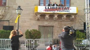 L'alcalde al balcó amb la pancarta
