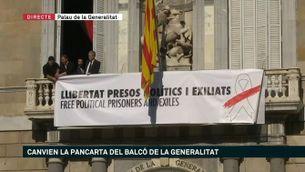 Canvi de pancarta al Palau de la Generalitat