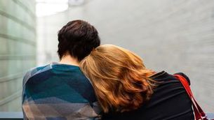 Una dona recolça el cap sobre una altra per consolar-la