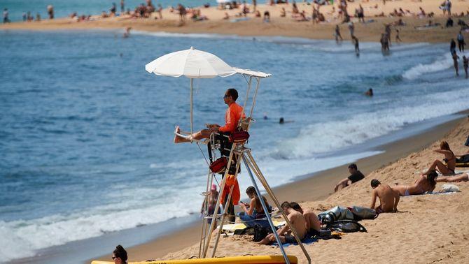 Un socorrista el cap de setmana passat a la platja de la Barceloneta