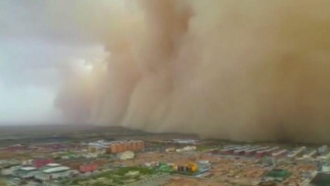 El mur d'una tempesta de sorra s'empassa ciutats al sud-oest de Mongòlia Interior, a la Xina