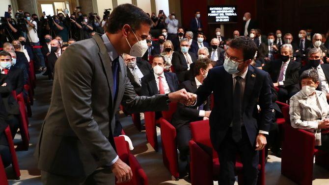 Aragonès i Sánchez se saluden aquest dilluns a la seu de Foment